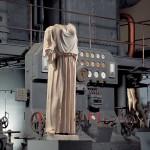statua_vestita_di_peplo_davanti_a_motore_diesel